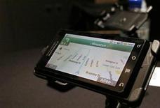 """<p>Foto de archivo del teléfono móvil Droid de Motorola durante su presentación en Nueva York, oct 28 2009. Citigroup bajó su recomendación al fabricante del BlackBerry Research in Motion en dos niveles a """"vender"""", argumentando que el respaldo de los operadores inalámbricos para el pronto lanzamiento de Motorola del teléfono inteligente Droid y el """"ataque Android"""" presentaría un desafío para la firma. REUTERS/Brendan McDermid</p>"""