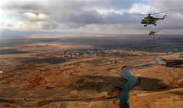 <p>Вертолеты летят на казахстанской стеью недалеко от Кустаная 24 октября 2008 года. Власти Казахстана намерены открыть гражданам небо для полетов малой авиации, сообщили во вторник чиновники на заседании правительства. REUTERS/Dmitry Kostyukov/Pool</p>