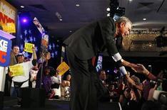 <p>Il sindaco di New York Michael Bloomberg saluta i suoi sostenitori accorsi per festeggiarlo. REUTERS/Shaun Best</p>