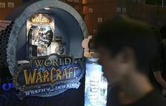 <p>Un cliente camina cerca de productos del videojuego online World of Warcraft, en Singapur, 14 nov 2008. El Ministerio Cultura de China acusó al órgano encargado de las publicaciones en el país de abuso de autoridad al poner en peligro el acceso del popular juego World of Warcraft, cebando una rivalidad burocrática en torno al control de internet. El ministerio reprendió a la Administración General de la Prensa y la Publicación (GAPP, según su sigla en inglés), que había ordenado a la firma china de juegos en internet NetEase.com a no operar la última versión de World of Warcraft, de Activision Blizzard, informó el miércoles Economic Information Daily. REUTERS/Alywin Chew/Archivo</p>