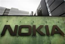 <p>Nokia dévoile cinq nouveaux combinés mobiles d'entrée de gamme et annonce l'extension de son service d'informations sur l'agriculture et l'éducation à d'autres marchés émergents. /Photo d'archives/REUTERS/Bob Strong</p>