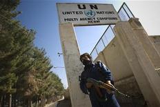 <p>Сотрудник службы безопасности охраняет вход в комплекс зданий ООН в у афганского города Герат 5 ноября 2009 года. Организация объединенных наций сообщила в четверг, что намерена временно эвакуировать сотни своих сотрудников из Афганистана из-за ухудшающейся ситуации с безопасностью в стране, в которой США и НАТО продолжают проводить военную кампанию. REUTERS/Morteza Nikoubazl</p>