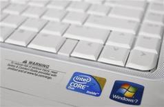 <p>Il logo di Intel sulla tastiera di un pc. REUTERS/Joshua Lott</p>