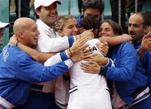 <p>Flavia Pennetta abbracciata dal team della nazionale femminile di tennis. REUTERS/Giampiero Sposito (ITALY SPORT TENNIS)</p>