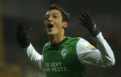 <p>O jogador Mesut Oezil, do Werder Bremen, comemora seu gol contra o Borussia Dortmund em jogo do Campeonato Alemão, que terminou empatado em 1 x 1 neste domingo. REUTERS/Ina Fassbender</p>
