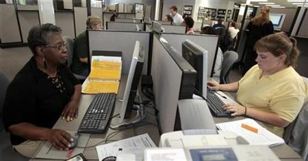 Unemployed worker Rose Mary Golden-Pasley, 59, (L) looks for a job online at the Michigan Works office in Lansing, Michigan July 22, 2009. REUTERS/Rebecca Cook