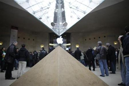 People line up inside the Louvre museum for the opening of France's first Apple store, in Paris November 7, 2009. REUTERS/Thomas White