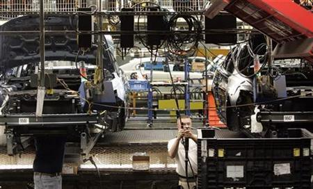 Workers build the 2010 Ford Taurus at the Ford assembly plant in Chicago, Illinois in this August 4, 2009 file photo. Top forecasters are growing more confident the U.S. economy has embarked on a sustainable recovery, a survey released on Tuesday showed. REUTERS/Frank Polich
