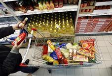 <p>Un cliente fa la spesa in un supermercato. REUTERS/Eric Gaillard</p>