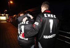 <p>Alcuni supporter dell'Hannover 96 e del portiere Robert Enke, morto martedì sera. REUTERS/Wolfgang Rattay</p>