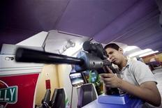 <p>Un ragazzino gioca con un videogame. REUTERS/Carlos Garcia Rawlins</p>