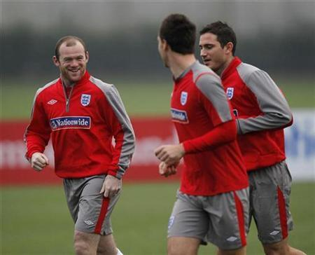 Wayne Rooney (L) talks to John Terry (C) and Frank Lampard during a team training session in London Colney, November 10, 2009. REUTERS/ Eddie Keogh