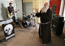 """<p>Imagen de archivo del monje Cesare Bonizzi, conocido como """"fraile metalero"""", en que canta con su banda en el centro de Milán, 10 jul 2008. El """"hermano metalero"""" de Italia, un monje de 63 años que se hizo famoso por cantar en una banda de """"heavy metal"""", con hábito incluido, dejará el micrófono porque dice que el diablo lo transformó en una celebridad demasiado grande. REUTERS/Alessandro Garofalo/archivo</p>"""