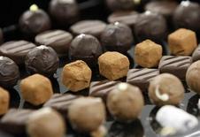 <p>Шоколадные конфеты в центре Nestle недалеко от Фрибура, Швейцария 7 сентября 2009 года. Маленькая плитка темного шоколада в день поможет забыть о стрессе, утверждают немецкие и швейцарские исследователи. REUTERS/Denis Balibouse</p>