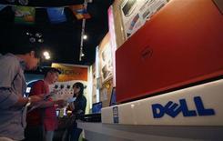 <p>Clienti curiosano tra i prodotti Dell in un megastore di elettronica. REUTERS/Bobby Yip</p>