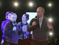 """<p>Vladimir Poutine a coudoyé des rappeurs qui l'ont salué avec le """"respect"""" de rigueur vendredi lors d'un show télévisé où était présenté un concours de hip-hop. De quoi enrayer peut-être sa baisse de popularité. /Photo prise le 13 novembre 2009/REUTERS/Alexei Nikolsky/RIA Novosti/Pool</p>"""