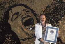 <p>Saimir Strati, un artiste albanais a établi un nouveau record en créant la plus grande mosaïque jamais réalisée à partir de pinceaux, un portrait de Michael Jackson. Cette oeuvre ne compte pas moins de 230.000 pinceaux. /Photo prise le 13 novembre 2009/REUTERS/Arben Celi</p>