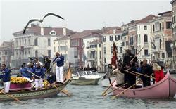 <p>I gondolieri al funerale simbolico di Venezia. REUTERS/Manuel Silvestri</p>