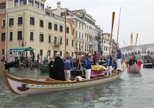 <p>Une cérémonie funéraire avec cercueil et gondoles sur le Grand canal a été organisée samedi à Venise pour attirer l'attention sur le déclin démographique de la Sérénissime. /Photo prise le 14 novembre 2009/REUTERS/Manuel Silvestri</p>