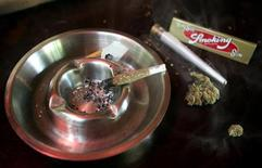 <p>Самокрутка с марихуаной в кофешопе в голландском Роттердаме 20 июня 2005 года. Первое в Соединенных Штатах кафе, в котором продается марихуана, было открыто в прошлую пятницу, что стало шагом со стороны администрации президента Барака Обамы к ослаблению контроля за медицинским использованием этого наркотика. REUTERS/Jerry Lampen</p>