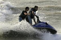 <p>Iraqis ride a jet boat in the Tigris River in Baghdad, November 6, 2009. REUTERS/Saad Shalash</p>