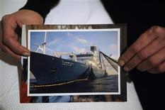 """<p>Los piratas que mantienen secuestrado el atunero vasco """"Alakrana"""" han comenzado a abandonar el barco tras recibir un rescate de 3,5 millones de dólares, según informó el martes a Reuters uno de los piratas. En esta imagen de archivo, Marian Jiménez, esposa de uno de los secuestrados, muestra una foto del """"Alkrana"""" en su casa en Sestao el 5 de noviembre de 2009. REUTERS/Vincent West</p>"""