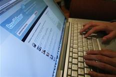 """<p>Сайт Twitter открыт на ноутбуке в Лос-Анджелесе 13 октября 2009 года. Глагол """"расфрендить"""" стал словом года по версии Нового оксфордского американского словаря, избранным из списка финалистов, большинство которых носило ярко выраженную технологическую направленность. REUTERS/Mario Anzuoni</p>"""