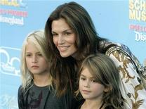 """<p>Модель Синди Кроуфорд со своим сыном Пресли и дочерью Каей на премьере фильма """"Классный мюзикл: Каникулы"""" в Анахайме, штат Калифорния, 14 августа 2007 года. Житель Германии, требовавший $100.000 от бывшей супермодели Синди Кроуфорд за фотографию ее дочери, сдался властям, сообщила газета Bild во вторник. REUTERS/Fred Prouser</p>"""