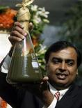 <p>Mukesh Ambani, Chairman of Reliance Industries, holds a jar containing the first crude oil produced from their company's KG-D6 block in the country's east coast at a news conference in Mumbai September 21, 2008. REUTERS/Punit Paranjpe</p>