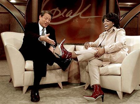 Former Democratic presidential nominee and U.S. Vice President Al Gore appears with Oprah Winfrey on her television show while campaigning in Chicago, Illinois, in this September 11, 2000 file photo. Winfrey will end her TV chat show at the end of its 25th season in September 2011, her production company Harpo Inc said on November 19, 2009. REUTERS/Larry Downing/Files
