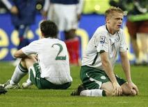 <p>La delusione di Sean St Ledger (a sinistra) e Damien Duff dopo la sconfitta con la Francia. REUTERS/Benoit Tessier</p>