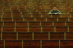 <p>Gli studenti iscritti all'anno scolastico 2007/2008 sono in aumento rispetto all'anno precedente ma calano, seppur di poco, i giovani iscritti per la prima volta all'università. Lo ha rivelato l'Annuario statistico italiano 2009, la più importante pubblicazione generalista dell'Istituto nazionale di statistica. REUTERS/Alessia Pierdomenico</p>