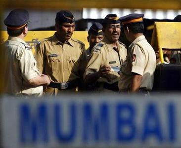 Policemen stand guard outside Arthur Road jail in Mumbai, April 15, 2009. REUTERS/Arko Datta