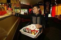 """<p>Los amantes del cine que llevan palomitas de maíz y un refresco a la sala para disfrutar mientras miran una película podrían estar comiendo el equivalente a tres hamburguesas """"cuarto de libra"""" de McDonald's con 12 cucharadas de manteca, según indicó un estudio. Un análisis de laboratorio de los """"snack"""" que se venden en los cines de Estados Unidos reveló que un paquete de palomitas de maíz mediano y un refresco contienen 1.160 calorías y el valor recomendado para tres días -60 gramos- de grasas saturadas. REUTERS/James Boardman/Archivo</p>"""