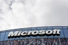 <p>Microsoft a tenu des discussions concernant une alliance avec News Corp, qui pourrait être payé pour enlever l'accès à ses sites d'informations via Google, d'après une source porche de la situation. /Photo d'archives/REUTERS/Charles Platiau</p>
