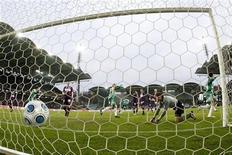 <p>Immagine di un gol ripresa da dietro la porta. REUTERS/Robert Zolles</p>