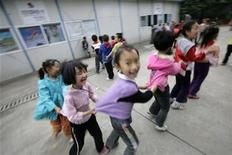 <p>Sichuan earthquake survivors play outside their temporary classroom at an Earthquake Relief Hope School in Yongxing town of Mianyang, Sichuan Province May 8, 2009. REUTERS/Jason Lee</p>