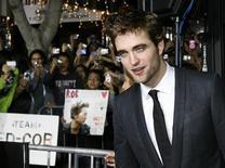 """<p>O ator Robert Pattinson posa para premiere de """"The Twilight Saga: New Moon"""", em Los Angeles. """"Lua Nova"""", a sequência de """"Crepúsculo"""", teve a terceira maior estreia de todos os tempos nas bilheterias norte-americanas neste fim de semana, levando milhões de jovens ao delírio com seu complexo triângulo amoroso envolvendo uma estudante, um vampiro e um lobisomem.16/11/2009.REUTERS/Fred Prouser</p>"""