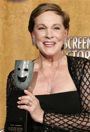 Actress Julie Andrews holds her lifetime achievement award backstage at the 13th Annual Screen Actors Guild Awards in Los Angeles January 28, 2007. REUTERS/Lucy Nicholson