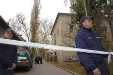 <p>Венгерские полицейские охраняют место преступления в университете города Печ 26 ноября 2009 года. Студент университета венгерского города Печ открыл огонь по учащимся и преподавателям, убив одного и ранив трех человек, сообщил представитель учебного заведения. REUTERS/Stringer</p>