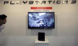 <p>Una Playstation 3 montata su uno schermo a cristalli liquidi in 3D di Sony, al Taipei Game Show 2009. REUTERS/Pichi Chuang</p>