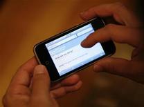 <p>Una pagina di Twitter mostrata su un iPhone. REUTERS/Mario Anzuoni</p>