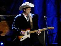 """<p>El cantante estadounidense Bob Dylan rememora Navidades del pasado, cenas con pavo y sus canciones preferidas de la temporada de fiestas en una entrevista exclusiva con una revista para personas sin hogar. El artista, de 68 años, desconcertó a sus seguidores y a críticos con su nuevo álbum """"Christmas in the Heart"""", una colección de canciones tradicionales de la época navideña interpretadas con su característica voz ronca. REUTERS/Robert Galbraith/Archivo</p>"""