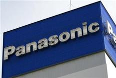 <p>Foto de archivo del logo de la compañía Panasonic en la sede de la empresa en Tokio, dic 10 2008. La japonesa Panasonic Corp dijo que buscará un crecimiento de ventas de dos dígitos en el extranjero durante cada uno de los próximos tres años fiscales, al dar una panorámica de su plan de negocios que difundirá a principios del 2010. REUTERS/Stringer</p>