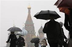 <p>Прохожие с зонтиками идут по Красной площади в Москве 27 октбяря 2009 года.Наступающие выходные в Москве и области будут облачными, временами возможны осадки, но температура не опустится ниже нуля градусов, свидетельствуют данные на сайте Гидрометцентра России www.meteoinfo.ru. REUTERS/Denis Sinyakov</p>