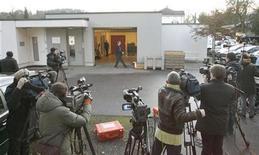 <p>Miembros de medios de comunicaión fuera de la prisión de la ciudad de Winterthur donde el ganador del Oscar Roman Polanski estaría detenido, en Suiza, 27 nov 2009. Las autoridades suizas no liberarán a Roman Polanski para que se someta a prisión domiciliaria en su lujosa cabaña alpina antes del lunes, ya que aún no se han cumplido las condiciones de la fianza. Un portavoz del Departamento de Justicia dijo el viernes que Polanski no podrá viajar a su residencia en el centro turístico de esquí de Gstaad hasta la próxima semana. REUTERS/Arnd Wiegmann</p>