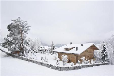 A general view shows the snow covered chalet 'Milky Way', which according to Swiss newspapers, is where Oscar-winning film director Roman Polanski is staying, in the Swiss mountain resort of Gstaad, December 1, 2009. REUTERS/Christian Hartmann