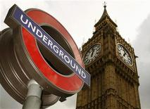 <p>Знак метрополитена в центре Лондоне 3 сентября 2007 года. Стресс и ежедневная давка в лондонском метрополитене вынуждают пассажиров срываться на попутчиках, чтобы хоть как-то справиться с накопившимся раздражением. REUTERS/Luke MacGregor</p>