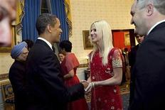 """<p>Imagen de archivo en que el presidente Barack Obama saluda a Michaele Salahi y a su esposo Tareq Salahi en la Casa Blanca en Washington, 27 nov 2009. La pareja que atrajo la atención internacional al ingresar sin invitación a una cena en la Casa Blanca negó el martes haberse colado a la gala custodiada por mucha seguridad. """"Nosotros fuimos invitados, no colados y no hay nadie que hubiera tenido la audacia ni la mala conducta para hacer eso. La Casa Blanca es 'la casa' y nadie haría eso, ciertamente no nosotros"""", dijo Michaele Salahi, quien estuvo junto a su marido Tareq en el programa de televisión """"Today"""" del canal NBC. REUTERS/Samantha Appleton-The White House/Archivo</p>"""