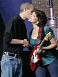 """<p>O presidente executivo da Apple, Steve Jobs, cumprimenta a cantora Norah Jones, na Califórnia. Seu novo álbum é intitulado """"The Fall"""" (o outono), mas Norah Jones vai esperar até a primavera nos EUA para iniciar uma turnê por 36 cidades norte-americanas, começando em 5 de março em Tulsa, Oklahoma.09/09/2009.REUTERS/Robert Galbraith</p>"""